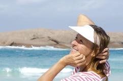 Lycklig mogen kvinna för stående på hav royaltyfria bilder