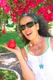 Lycklig mogen kvinna 51 med Apple Royaltyfria Foton