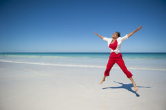 Lycklig mogen kvinna på den tropiska stranden Royaltyfria Foton