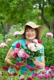 Lycklig mogen kvinna på trädgården Fotografering för Bildbyråer