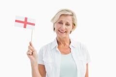 Lycklig mogen kvinna som rymmer engelskaflaggan Royaltyfri Fotografi