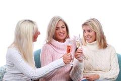 Lycklig mogen kvinna tre med mousserande vin Royaltyfri Bild