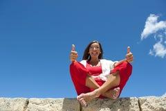 Lycklig mogen och säker kvinna på hav arkivfoton