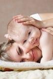 lycklig mom för barn Arkivbilder