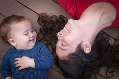 lycklig mom för dotter Arkivfoton