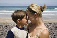 lycklig mom för pojke Arkivbild