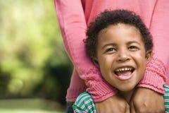 lycklig mom för pojke arkivfoto