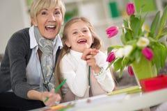 Lycklig mormor och liten flicka Arkivbilder
