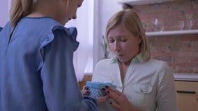 Lycklig mors dag som älskar dottern för litet barn som gratulerar den charmiga mamman och ömt in ger gåvaasken och kramar stock video