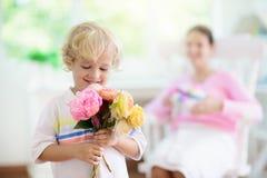 Lycklig mother'sdag Barn med g?va f?r mamma royaltyfri fotografi