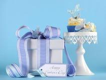Lycklig muffin för tema för fjäril för blått för faderdag på den vita muffinställningen Arkivfoto