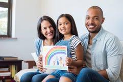 Lycklig multiethic familj arkivfoto