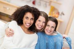 Lycklig multietnisk grupp av kvinnliga vänner fotografering för bildbyråer