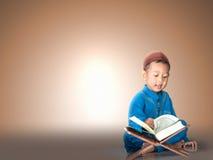lycklig muslimpojke med högtidsdräkten Royaltyfri Bild