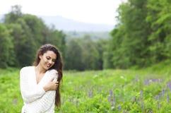 Lycklig nätt brunettkvinna i blommafält Royaltyfri Fotografi