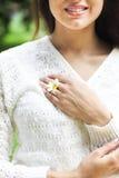 Lycklig nätt brunettkvinna i kamomillfält Royaltyfri Fotografi