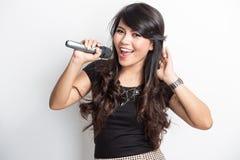 Lycklig nätt ung asiatisk kvinna sjunga en sång arkivbilder