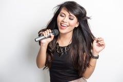 Lycklig nätt ung asiatisk kvinna sjunga en sång royaltyfri fotografi