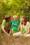 lycklig natur för familj tillsammans Arkivfoto