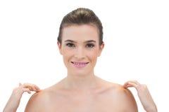 Lycklig naturlig brun haired modell som trycker på hennes skuldror Royaltyfri Bild