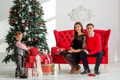 lycklig near tree för julfamilj Royaltyfri Bild
