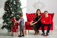 lycklig near tree för julfamilj Royaltyfria Bilder