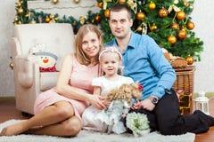lycklig near tree för julfamilj arkivbilder