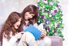lycklig near tree för julfamilj Arkivfoton