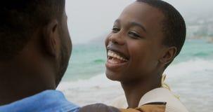 Lycklig nolla för afrikansk amerikanparanseende tillsammans stranden 4k arkivfilmer