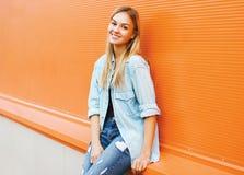 Lycklig nätt kvinna i staden, härligt posera för ung flicka Fotografering för Bildbyråer