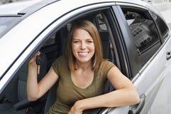 lycklig ny ägare för bil Arkivbild
