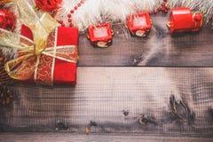 Lycklig ny YearFestive dekor Motorn och med Santa Claus bula- och ferieglitter royaltyfria foton