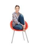 Lycklig och bekymmerslös tonårs- flicka i stol Royaltyfria Foton
