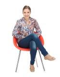 Lycklig och bekymmerslös tonårs- flicka i stol Royaltyfri Fotografi