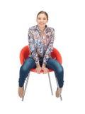 Lycklig och bekymmerslös tonårs- flicka i stol Arkivfoton