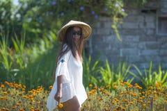 Lycklig och härlig ung asiatisk kvinna som bär traditionell hatten Royaltyfri Fotografi