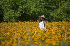 Lycklig och härlig ung asiatisk kvinna som bär traditionellt tycka om för hatt som är upphetsat den nya skönheten av orange ringb Royaltyfri Bild