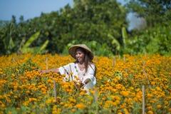 Lycklig och härlig ung asiatisk kvinna som bär traditionellt tycka om för hatt som är upphetsat den nya skönheten av orange ringb Royaltyfria Bilder