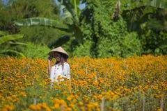 Lycklig och härlig ung asiatisk kvinna som bär traditionellt tycka om för hatt som är upphetsat den nya skönheten av orange ringb Fotografering för Bildbyråer