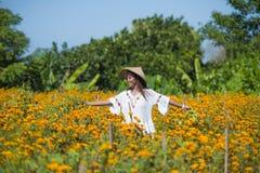 Lycklig och härlig ung asiatisk kvinna som bär traditionellt tycka om för hatt som är upphetsat den nya skönheten av orange ringb Royaltyfri Fotografi
