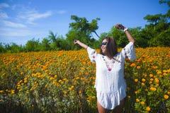 Lycklig och härlig ung asiatisk kvinna som kopplar av tycka om fresna Fotografering för Bildbyråer