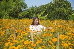Lycklig och härlig ung asiatisk kvinna som kopplar av tycka om fresna Royaltyfri Fotografi