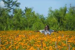 Lycklig och härlig ung asiatisk kvinna som kopplar av tycka om fresna Arkivfoton
