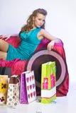 Lycklig och trött kvinna som vilar, når att ha shoppat fotografering för bildbyråer