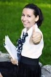 lycklig ok visande lyckad teckendeltagare Arkivfoto