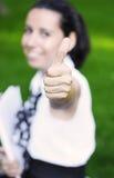 lycklig ok visande lyckad teckendeltagare Arkivbild