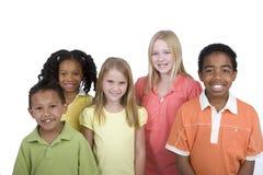 Lycklig olik grupp av ungar som isoleras på vit Arkivbild