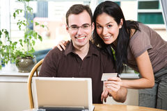 lycklig online-shopping för par Arkivbilder