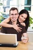 lycklig online-shopping för par Royaltyfria Bilder