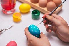 Lycklig påsk! Ägg för fadermålningpåsk på tabellen Royaltyfria Bilder